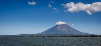 Ajardine a ideia da concepção do vulcão na ilha de Ometepe, Nicarágua da água. Imagem de Stock Royalty Free