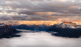 Ajardine a ideia da cordilheira no nascer do sol, Alberta, Canadá Foto de Stock