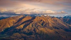 Ajardine a ideia da cordilheira no nascer do sol, lago Wanaka, NZ Fotos de Stock