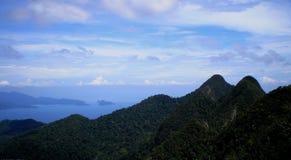 Ajardine a ideia das montanhas, do céu e das vistas do mar Imagens de Stock