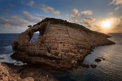 Ajardine a ideia de formações rochosas Korakonisi em Zakynthos, Grécia Por do sol bonito do verão, seascape magnífico imagens de stock royalty free