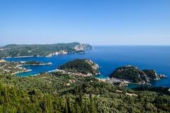 Ajardine a ideia do litoral bonito Paleokastritsa do oceano, Corfu Imagem de Stock Royalty Free