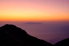 Ajardine a ideia do nascer do sol colorido bonito acima do oceano Foto de Stock
