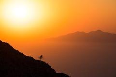 Ajardine a ideia do nascer do sol colorido bonito acima do oceano isl Foto de Stock Royalty Free