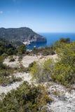 Ajardine a imagem da angra da baía de S'Aguila na ilha mediterrânea de Imagem de Stock