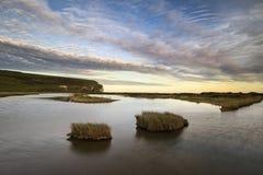 Ajardine a imagem da associação maré na costa durante a noite com drama Imagem de Stock Royalty Free