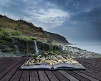 Ajardine a imagem da cachoeira larga que flui na praia rochosa na SU Imagens de Stock