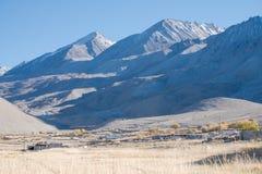 Ajardine a imagem da cidade de Leh Ladakh com montanhas e o céu azul Fotografia de Stock Royalty Free