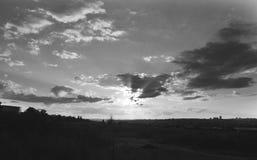 Ajardine a imagem da cidade distante em um dia nebuloso Fotografia de Stock