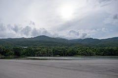 Ajardine a imagem da estrada com lago, floresta, montanha e o céu azul Fotografia de Stock Royalty Free