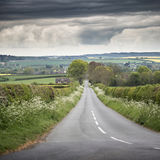 Ajardine a imagem da estrada vazia no campo inglês com dramat Imagens de Stock