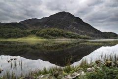 Ajardine a imagem da montanha refletida no lago imóvel no verão mo Imagens de Stock Royalty Free