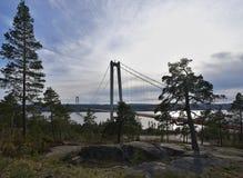 Ajardine a imagem da ponte de suspensão concreta sobre a baía do mar Báltico na Suécia Foto de Stock