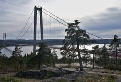 Ajardine a imagem da ponte de suspensão concreta sobre a baía do mar Báltico na Suécia Imagens de Stock