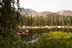 Ajardine a imagem das montanhas e de um lago em Rocky Mountain National Park, Colorado imagem de stock