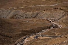 Ajardine a imagem das montanhas e dos carros na estrada em Ladakh Imagem de Stock