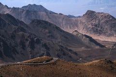 Ajardine a imagem das montanhas e dos carros na estrada em Ladakh Imagens de Stock Royalty Free
