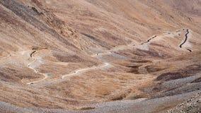 Ajardine a imagem das montanhas e dos carros na estrada em Ladakh Fotos de Stock Royalty Free