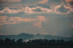 Ajardine a imagem do cultivo no campo com céu e montanha Fotos de Stock Royalty Free