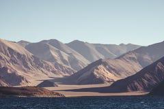 Ajardine a imagem do lago Pangong com Mountain View e o céu azul Imagem de Stock Royalty Free