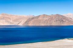 Ajardine a imagem do lago Pangong com Mountain View e o céu azul Foto de Stock