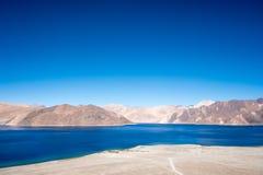 Ajardine a imagem do lago Pangong com Mountain View e o céu azul Foto de Stock Royalty Free