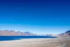 Ajardine a imagem do lago Pangong com Mountain View e o céu azul Imagens de Stock Royalty Free