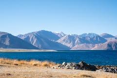 Ajardine a imagem do lago Pangong com Mountain View e o céu azul Fotografia de Stock