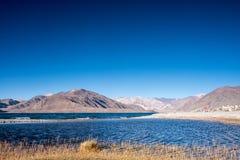 Ajardine a imagem do lago Pangong com Mountain View e o céu azul Fotografia de Stock Royalty Free