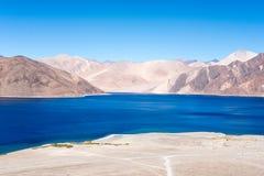 Ajardine a imagem do lago Pangong com Mountain View e o céu azul Imagens de Stock