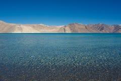 Ajardine a imagem do lago Pangong com Mountain View e o céu azul Imagem de Stock