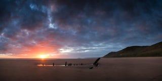 Ajardine a imagem do naufrágio na praia no por do sol do verão Fotos de Stock Royalty Free