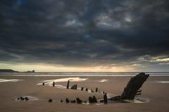 Ajardine a imagem do naufrágio velho na praia no por do sol no verão Foto de Stock Royalty Free