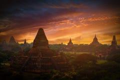 Ajardine a imagem do pagode antigo no por do sol em Bagan imagens de stock