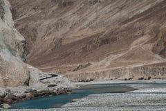 Ajardine a imagem do rio azul de Shyok na maneira ao vale de Nubra Imagem de Stock