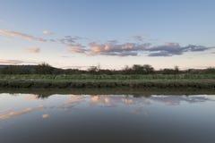 Ajardine a imagem do rio e do banco na noite do início do verão Foto de Stock Royalty Free