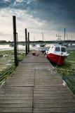 Ajardine a imagem dos barcos mored ao molhe no porto durante o verão Fotografia de Stock Royalty Free