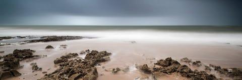 Ajardine a imagem longa da exposição do panorama das rochas e do Sandy Beach Fotos de Stock Royalty Free