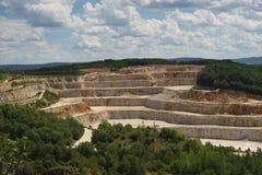 Ajardine a imagem na mina de pedra opencast profunda, quarry ou surgir, mina de tira Imagens de Stock