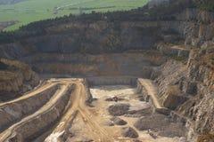 Ajardine a imagem na mina ou na superfície de pedra opencast profunda, mina de tira Fotografia de Stock