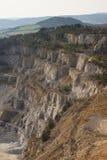Ajardine a imagem na mina ou na superfície de pedra opencast profunda, mina de tira Foto de Stock
