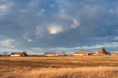 Ajardine a imagem que mostra casas da vila no dia ensolarado do outono Imagem de Stock Royalty Free