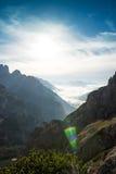 Ajardine Itália, dolomites - nascer do sol atrás das rochas, alargamento do sol Fotos de Stock Royalty Free