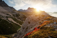 Ajardine Itália, dolomites - nascer do sol atrás das rochas enormes Fotografia de Stock Royalty Free