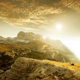 Ajardine Itália, dolomites - no cavalo manchado nascer do sol que pasta apenas nas rochas Imagem de Stock