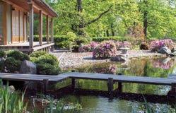 Ajardine, jardim do estilo japonês no lago do witn da mola Fotografia de Stock Royalty Free