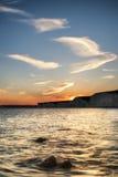 Ajardine la imagen de la puesta del sol sobre Birling Gap en Inglaterra Foto de archivo