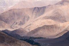 Ajardine la imagen de montañas y del pueblo del valle en Ladakh foto de archivo