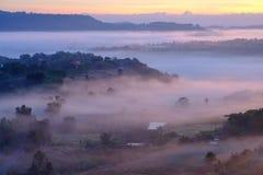 Ajardine la niebla en salida del sol de la mañana en Khao Takhian Ngo View Point fotos de archivo