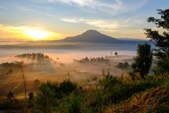 Ajardine la niebla en salida del sol de la mañana en Khao Takhian Ngo View Point fotos de archivo libres de regalías